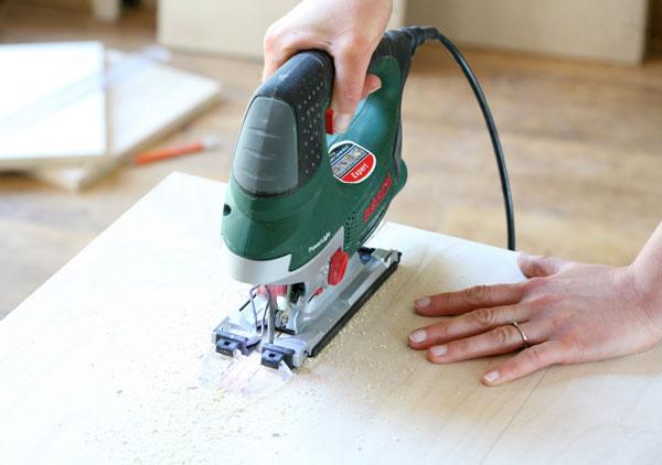 Zlaťovky alebo dreva si vypíľte dva obdĺžniky srozmermi 40 × 18,5 cm a30×18,5 cm.