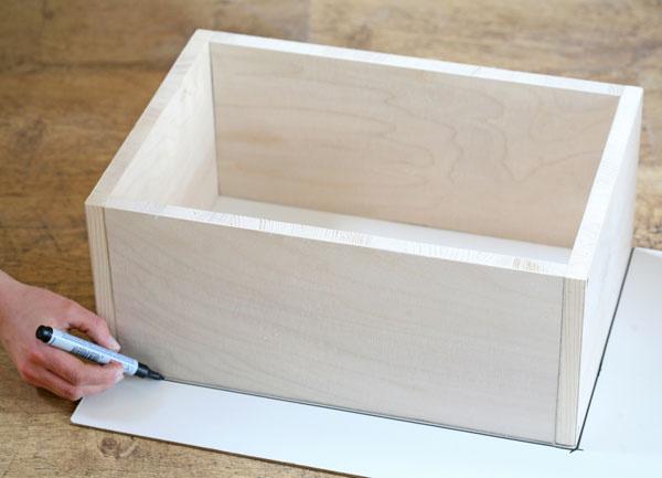 Na preglejku si obkreslite vonkajší rozmer police 43,6 × 30 cm.
