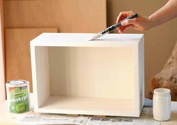 Takto pripravenú policu napenetrujte farbou zriedenou vodou vpomere 1 : 1.