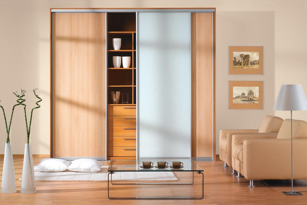 Popri výbere farebnosti, štruktúry a lesku dekorov je dôležite aj ich členenie na dverách skrine. Členenie priečelia vo vertikálnom smere skriňu opticky zvyšuje, zužuje a dynamizuje. Vďaka zvislému striedaniu drevodekoru a bledomodrého pásu je interiér odľahčený a užívateľ sa v ňom cíti svieži a aktívny.