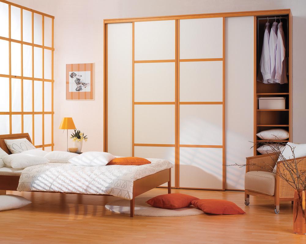 Vďaka prevažujúcim svetlým odtieňom pôsobí interiér upokojujúco a sviežo. Na rozdiel od predchádzajúceho návrhu farebnosť tejto vstavanej skrine priamo korešponduje s ostatnou farebnosťou a tak úplne potláča dynamiku.