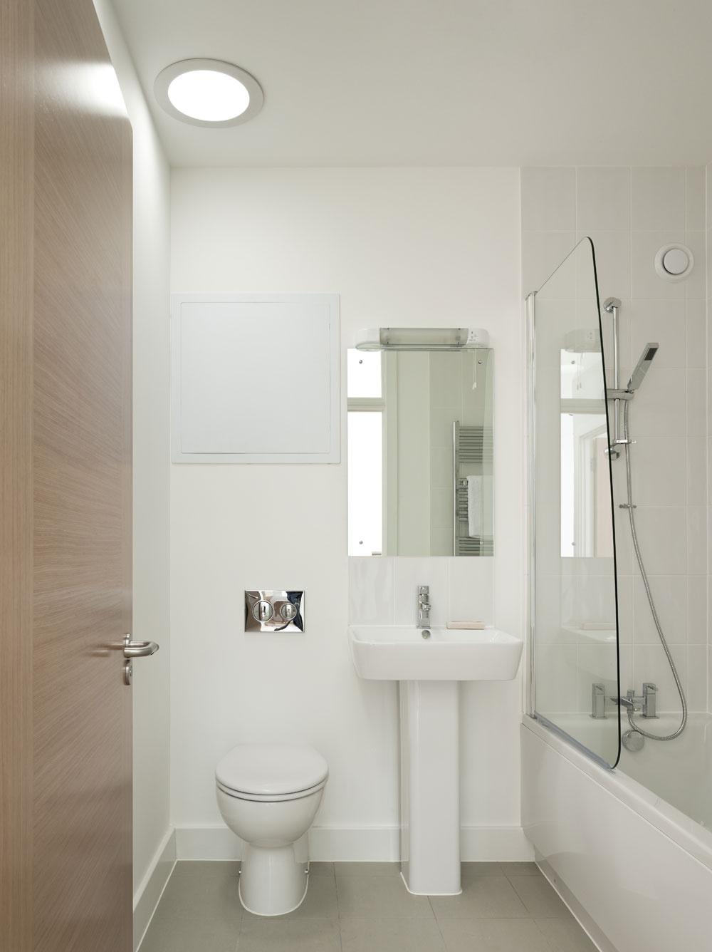 Do kúpeľne sa prirodzené svetlo priviedlo svetlovodom. Veď načo míňať cez deň elektrinu.