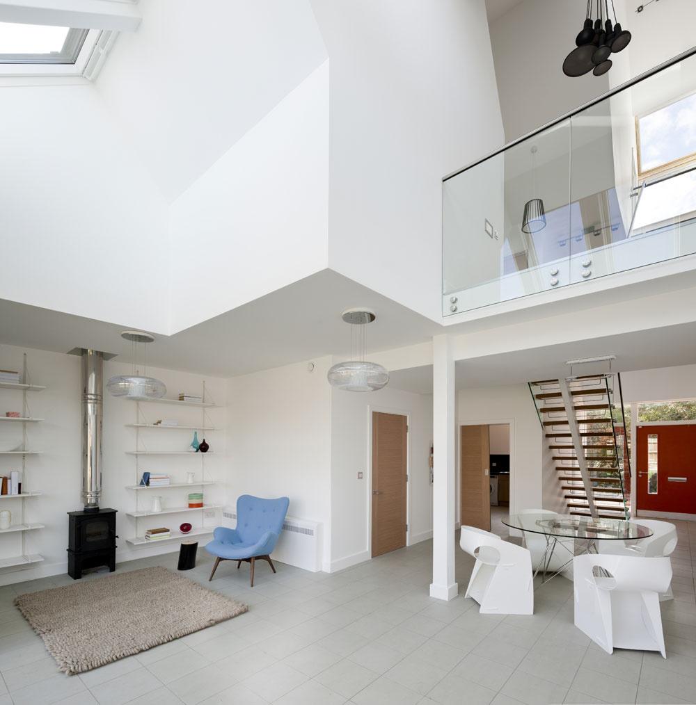 Hlavný spoločenský priestor domu je včasti pôdorysu dvojpodlažný. Vďaka množstvu fasádnych astrešných okien je doslova zaliaty svetlom. Celkový ľahký avzdušný dojem umocňujú biele steny aprevažne biely čipriesvitný nábytok. Oto viac vyniknú občasné farebné prvky.