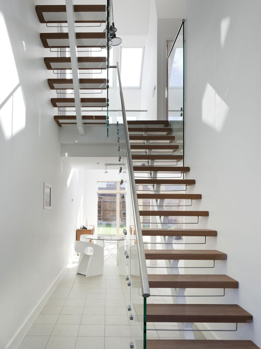 Svetlo nechýba ani na schodisku. Dokonca je ho toľko, že na medzipodeste mohol vzniknúť kútik na čítanie.