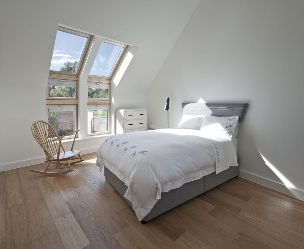 Aj izbám na poschodí dominuje svetlo. Strešné okná sú rozmiestnené tak, aby bol zkaždej izby možný aj pohľad do širokého okolia, anielen na oblohu. Niektoré okná plynule prechádzajú zo strešných do fasádnych.