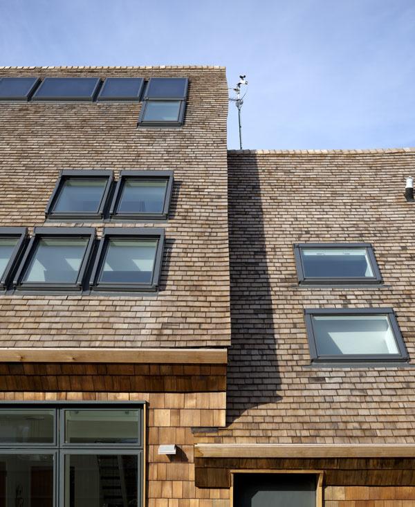 Na západnej strešnej rovine sú okrem množstva strešných okien aj slnečné kolektory.
