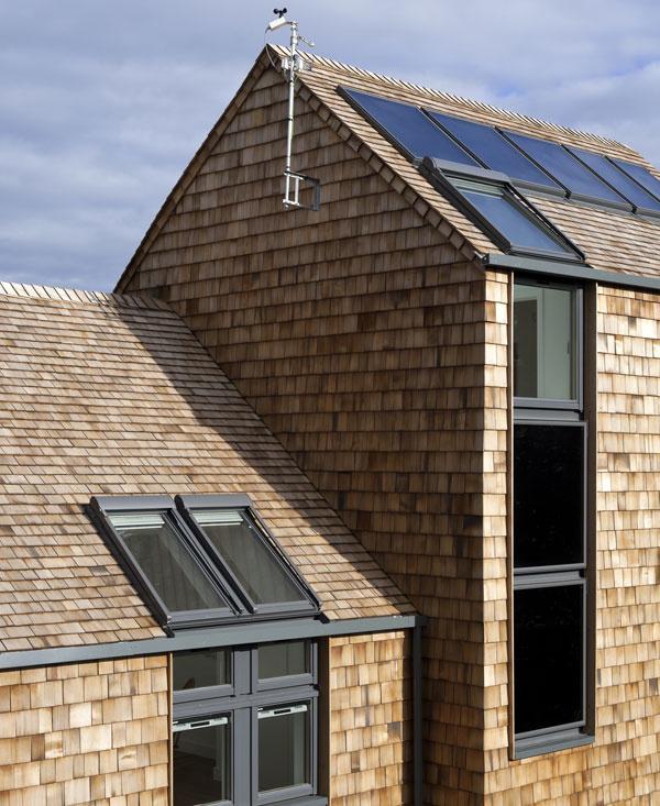 Slnečné kolektory na fasáde zachytávajú východné slnko.