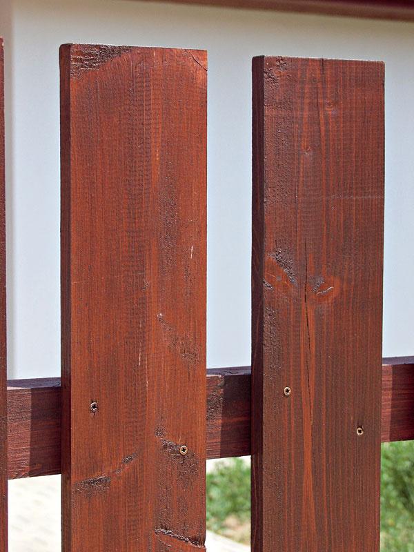Lazúrovacie moridlo (tenkovrstvová lazúra, ochranná lazúra) vniká do dreva anapúšťa ho. Odporúča sa na mäkké, objemovo nestále povrchy dreva.