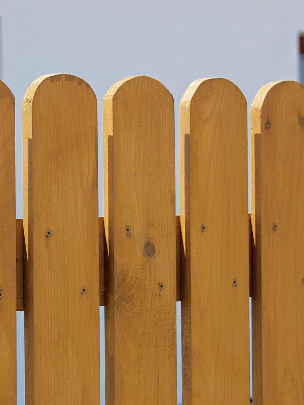 Lazúrovací lak zanecháva na povrchu ochranný film, ktorý chráni drevo pred účinkami počasia. Niektorí výrobcovia používajú názov silnovrstvová lazúra.