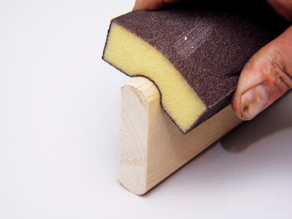 Zaoblené tvary, profilové lišty sa najľahšie obrúsia brúsnou hubkou spružným papierom.