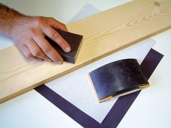 Dôležité je prebrúsiť celý povrch plochy. Na dokonale hladký povrch spotrebujete menej farby.