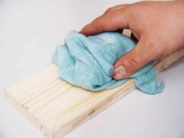 Drevo pred náterom zľahka pretrite vlhkou handričkou apo uschnutí jemne prebrúste. Tak odstránite aj vlákna dreva, ktoré by mohli pri kontakte sfarbou vystúpiť na povrch.
