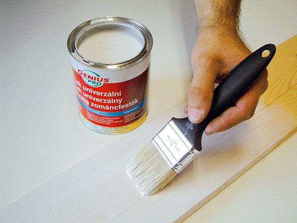 Na prvý náter použite redšiu farbu, ktorá prenikne do povrchovej vrstvy dreva, avytvorí tak základ pre finálnu vrstvu neriedeným emailom.