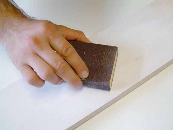 Medzi jednotlivými nátermi po vytvrdnutí prebrúste predchádzajúcu vrstvu brúsnym papierom sjemnejšou zrnitosťou.