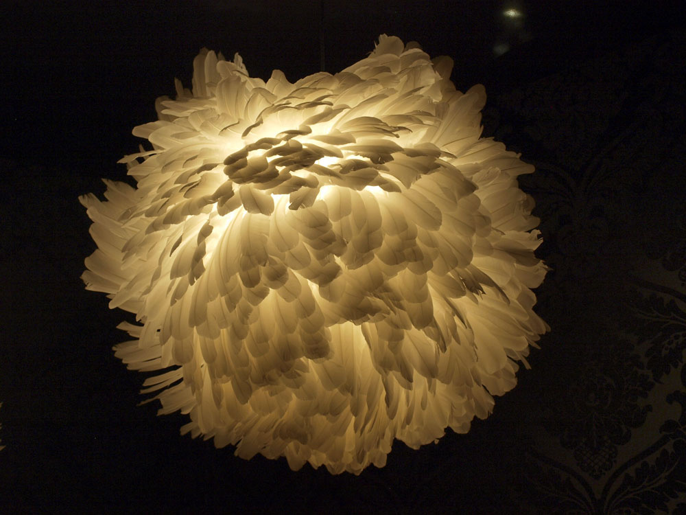 Čarovalo sa aj smateriálmi amy sme tak mohli obdivovať toto operené svietidlo.