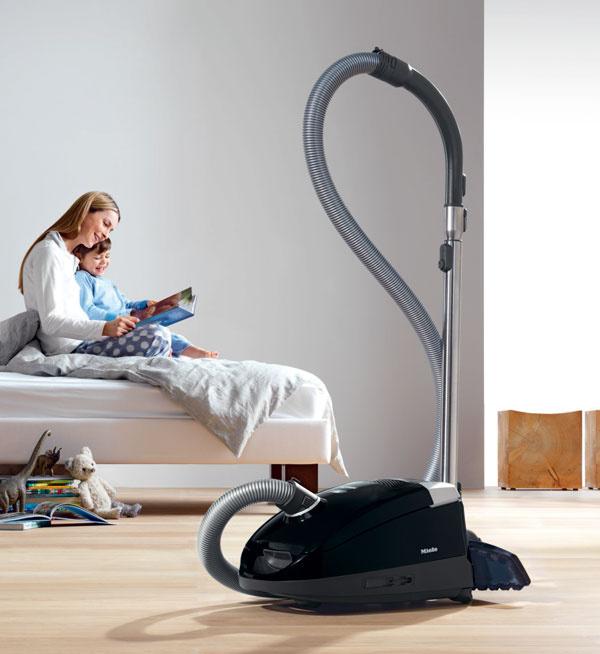 Vysávač Miele S6 Parkett & Co sparketovou hubicou, ktorá zvlášť šetrne čistí podlahu, sa ideálne hodí na vysávanie citlivých parkiet. Vysávanie uľahčuje aj špeciálny kĺb hubice, ktorý umožňuje prácu pod veľmi nízkym uhlom. Cena 259 €.