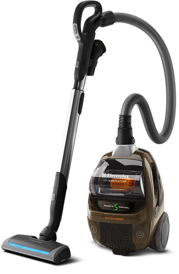 Cyklónový vysávač Electrolux ZUP3860C UltraPerformer. Efektívna hubica na podlahy optimalizuje tok vzduchu azaisťuje kvalitný sací výkon. Bočné zahnuté kefy zberajú nečistoty pozdĺž stien ahrán. Bezvreckové riešenie vysávača je efektívne, ekologické azároveň ponúka jednoduchú údržbu. Nádoba na prach je jednoducho prístupná aľahko sa čistí – stačí otvoriť poklop avysypať špinu do koša. Teleskopická trubica, automatické navíjanie kábla, indikátor výmeny filtra, najľahšia anajtichšia elektrická kefa vhodná aj na parkety, hubica AeroPro, systém CORD inside vteleskopickej trubici, diaľkové ovládanie, mäkké kolieska, umývateľný filter HEPA 12, akčný rádius 12 m, príkon 2 100 W, hlučnosť 80 dB (A). Cena 319,90 €.