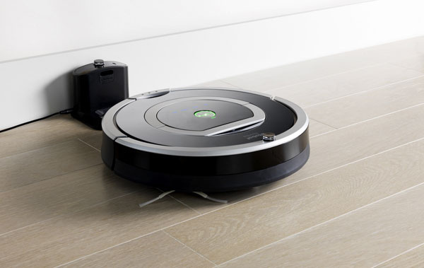 Top novinka, robotický vysávač iRobot Roomba 780 sám postupne upratuje jednotlivé miestnosti vbyte (funkcia Room to Room). Dokonalý čistiaci výkon a99 % pokrytie priestoru, dva virtuálne majáky (Virtual Wall Lightouse®) – rozdelia byt na jednotlivé miestnosti alebo na viacero častí, môžu sa využívať aj ako virtuálna stena (vymedzenie priestoru, ktorý vysávať nechcete).Možnosť nastavenia časového plánu upratovania, čistiaca hlava druhej generácie, dvojitýfilter HEPA 12, zberný kôš AeroVac druhej generácie, indikátornaplnenia zberného koša, vylepšený systém orientácie robota vmiestnostiiAdapt(prispôsobenie sa prostrediu,povrchu amnožstvu znečistenia) – senzory komunikujúce sprogramovým vybavením robota monitorujú upratovaný priestor 67-krát za sekundu, systém Dirt Detect na aktívne rozoznávanie viac znečistených miest, tlačidlo Spot (povysáva dané miesto sveľkosťou 1 m2),bohatá ponuka príslušenstva. Odporúčaná cena 599 €.