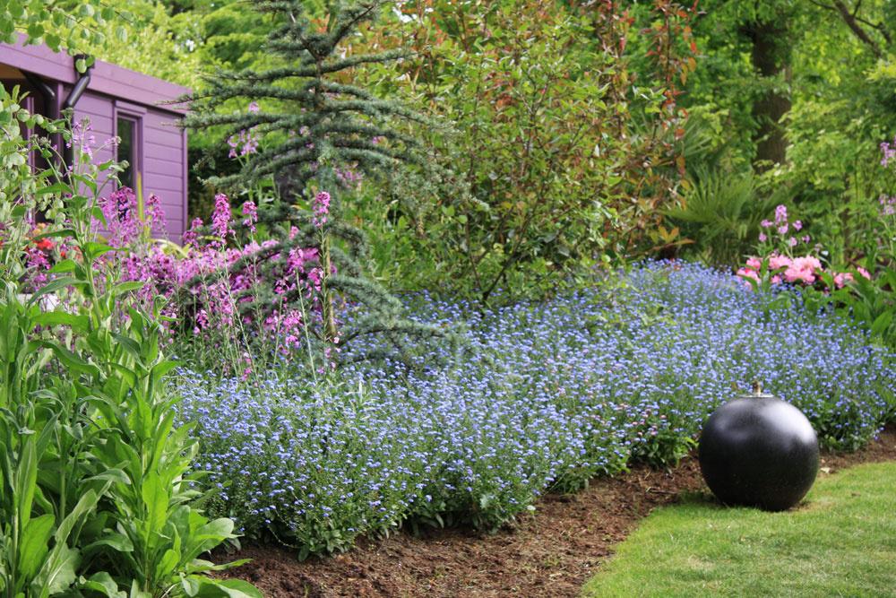 Farebné rastliny sú vysadené do nepravidelných záhonov na okraji trávnika či chodníkov ako veľké skupiny nezábudiek, sirôtok či begónií. Akeď rozkvitnú, je pohľad na ne doslova rozprávkový aveľmi dlho trvajúci.
