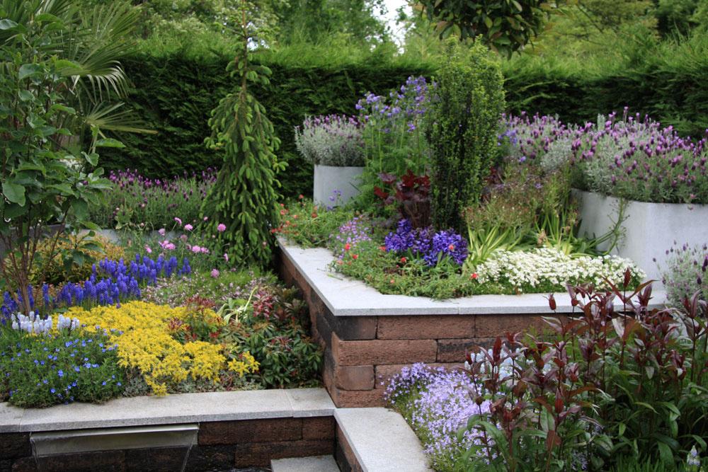 Vporovnaní sklasickými záhonmi tie vyvýšené nie sú náročné na namáhavú starostlivosť anavyše, šetria miesto, čo ocenia najmä majitelia menších záhrad.