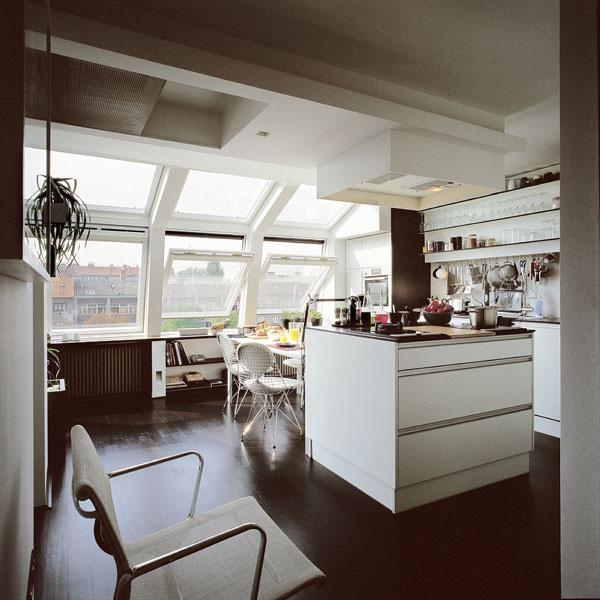 Ukážkový príklad rozšírenia obytného priestoru zasklením terasy strešnými oknami VELUX. Zastrešenie terasy prirodzene nadväzuje na pôvodnú fasádu, takže pri pohľade z ulice je zmena takmer neviditeľná. Strešné okná sú navyše chránené vonkajšou markízou VELUX, aby nedochádzalo k prehrievaniu interiéru. (Bytový dom, Chorvátsko)