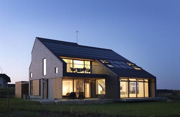 Aktívny dom ponúka zdravú vnútornú klímu, ktorú charakterizuje dostatok denného svetla a čerstvého vzduchu. Na obrázku interiér a exteriér aktívneho domu s názvom Dom pre život, ktorý stojí v dánskom Aarhuse. Tento dom je súčasťou experimentálneho projektu VELUX Model Home 2020, ktorý testuje myšlienku aktívneho domu s cieľom vytvárať domy na mieru prirodzeným potrebám ich obyvateľov.