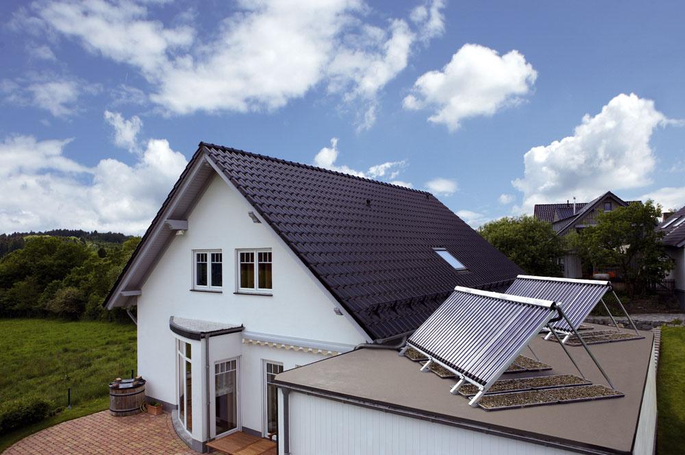 Hoci slnečné kolektory nedokážu pokryť celoročné nároky na prípravu teplej vody na 100 %, vkombinácii sinými obnoviteľnými zdrojmi (napríklad sdrevom, štiepkami alebo peletami spaľovanými vkotloch na biomasu) sú schopné pokryť takúto potrebu počas roka bez nárokov na fosílne palivá.