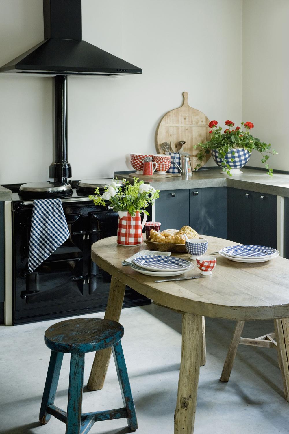 """Umiestnenie kuchyne nemôže byť len tak """"hala-bala"""". Najlepším riešením je dostať ju čo najďalej od hlavného vchodu. Takto si dokáže zachovať svoju atmosféru oddychu, pokoja, relaxu a zároveň, keď na ňu nebudete mať výhľad hneď po vkročení do domu, nestrávite celý život myšlienkou na jedlo. Ak bývate v byte a kuchyňu máte po vstupe rovno pred nosom, situácia sa dá zachrániť. Využite jemný dekoračný záves alebo výrazné a zaujímavé doplnky do chodby. Tie pozornosť odklonia správnym smerom. Kuchyňa umiestnená oproti obývacej izbe spôsobuje, že jej obyvatelia trpia chatrným zdravím a často sa hádajú."""