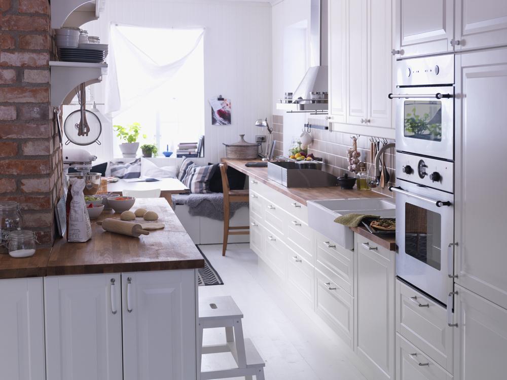 Ideálnymi farbami pre feng šuej kuchyňu je hnedá a biela. Farbou ohňa je červená a vody modrá farba. Z tohto dôvodu akýkoľvek modrý alebo červený doplnok pomáha jednému zo živlov prevažovať nad druhým, čo by mohlo narušiť vyváženú harmóniu.