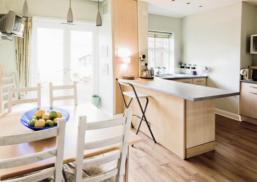 V dobre osvetlenej, priestrannej a vzdušnej kuchyni sa cítime šťastní. Naopak, ak je kuchyňa tmavá, špinavá alebo stiesnená, vôbec sa nám do nej nechce. Ak máte kuchyňu priúzku, pomôžte jej. Vymaľujte ju svetlými farbami, do svietidiel použite silnejšie žiarovky a umiestnite v nej aj zrkadlá, ktoré priestor opticky zväčšia. Základom zdravého života je totiž dobré vetranie a osvetlenie.