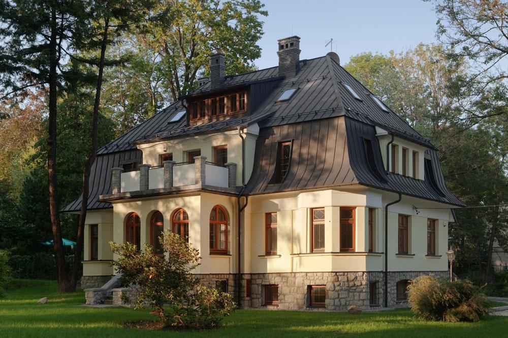 Vikier môže mať množstvo podôb. Túto vilu zdobí hneď niekoľko typov vikierov, ale napriek tomu nepôsobia nevkusne. Vpodkroví je dvojpodlažný obytný priestor. Svetlo na druhom podlaží zabezpečujú najmä strešné okná.