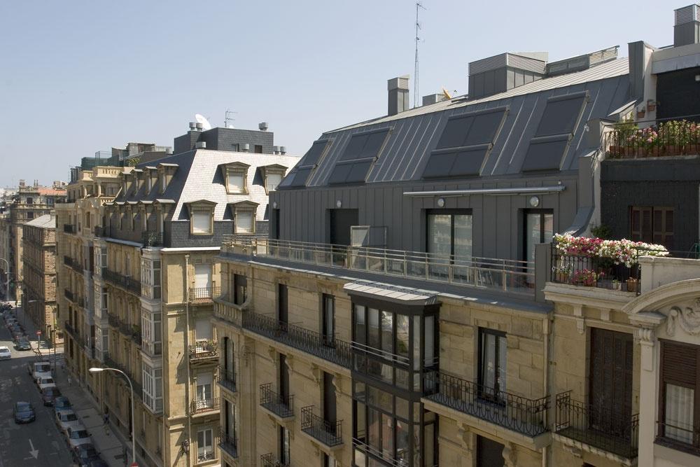 Vonkajšia roleta strešného okna na streche stitánzinkovou krytinou.