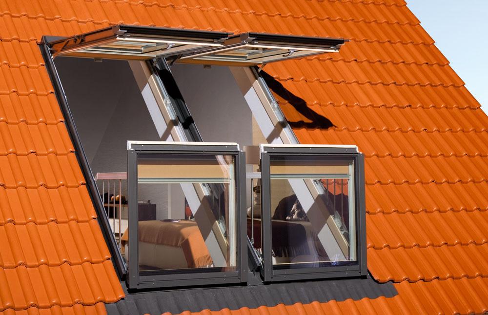Nemusíte budovať na streche vikier, aby ste rozšírili interiér omalý balkónik. Dá sa to napríklad aj so strešným oknom FGH-VGaléria, ktorého otvorené krídla vytvárajú balkón. Horné krídlo sa môže plynule vyklopiť do uhla 45º. Počas otvárania spodného krídla sa vysunú bočné ochranné bariéry. Okno má aj automatickú vetraciu mriežku, takže môžete priebežne vetrať, aj keď je zatvorené. Balkónové okná je možné osadiť do striech so sklonom 35 – 55°.