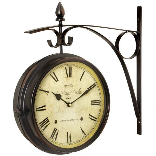 Kovové staničné hodiny vám vždy ukážu, koľko času má alebo ako dlho mešká váš ranný rodinný vlak. 52,90 €,