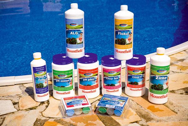 Všetky chemické prípravky, ktoré potrebujete na starostlivosť o bazén, dostanete v špecializovaných predajniach. Napríklad Azuro Clean Forte predáva Mountfield za 7,25 €/0,6 l.