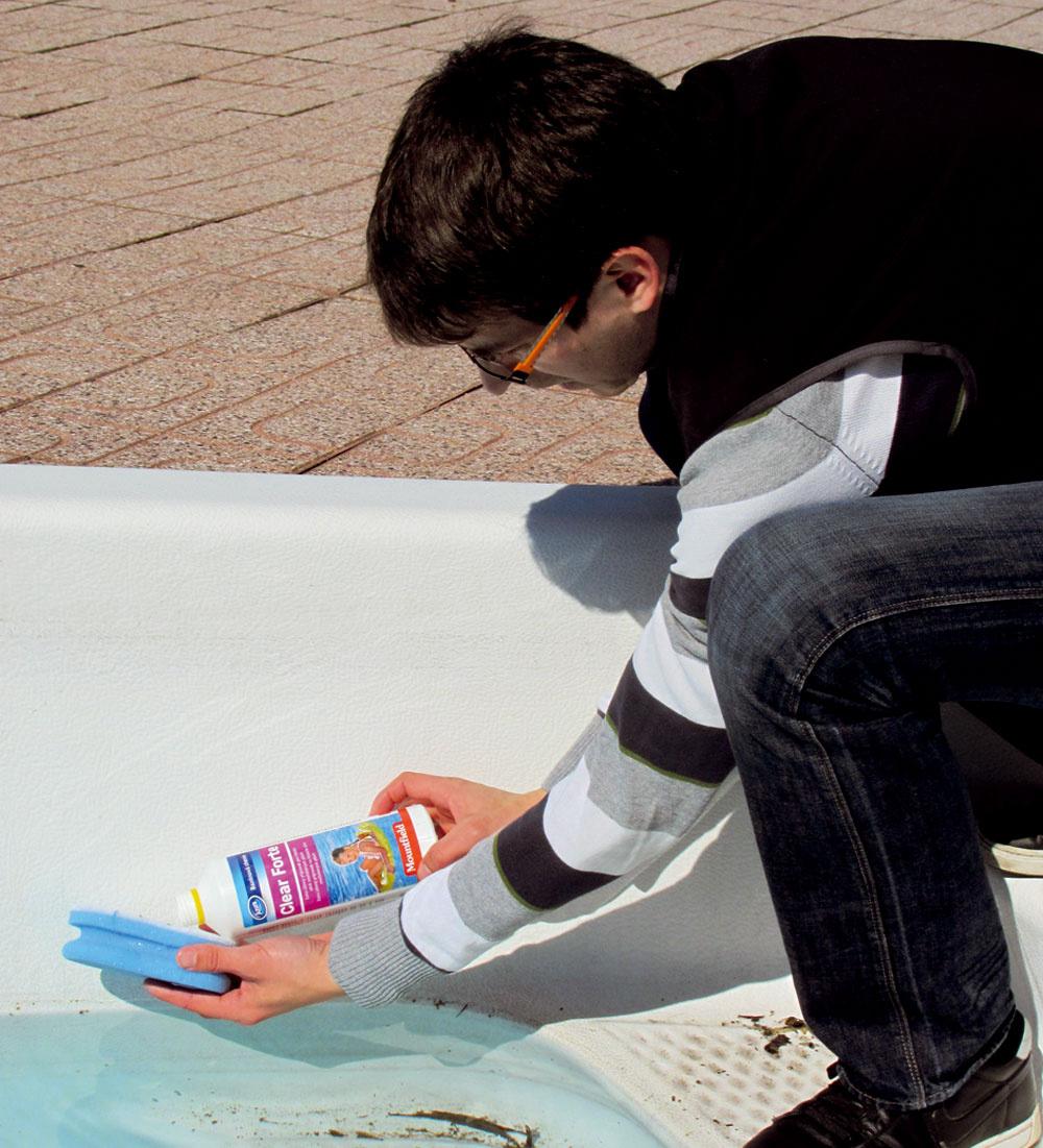 Po vyčistení stien bazéna prípravkom ešte uvoľnite nečistoty mechanicky, najlepšie kefou s dlhou násadou.