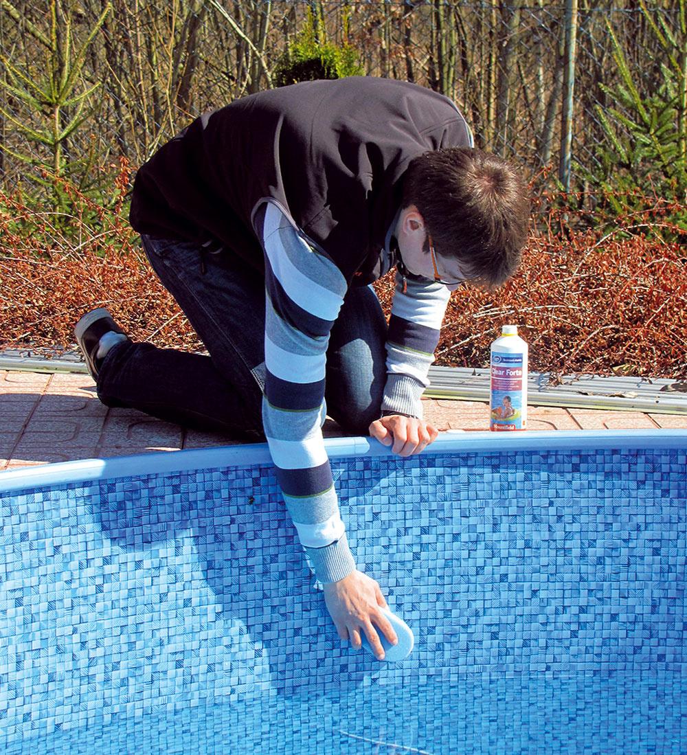 Na čistenie stien bazéna použite neriedený prípravok Azuro Clean Forte, ktorý nanášajte hubkou.