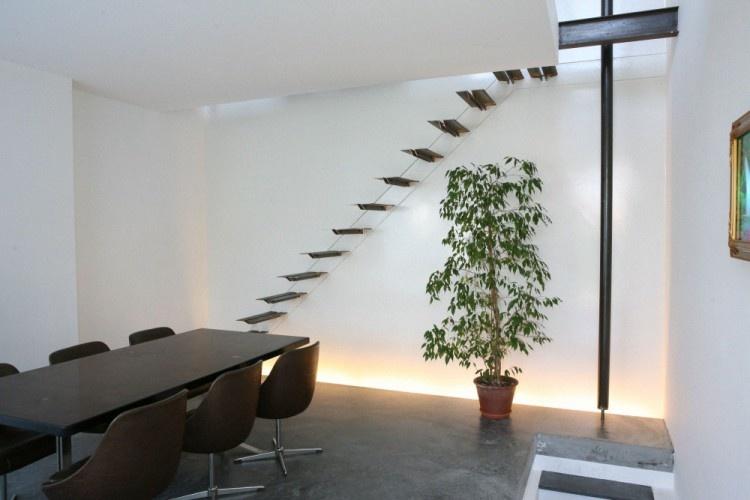 Moderný belgický dom so sťahovacími schodmi a požiarnou tyčou