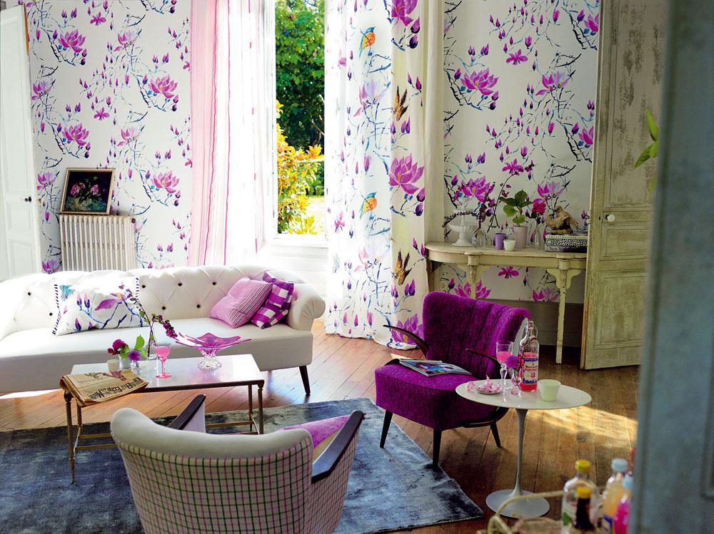 Romantickú atmosféru dotiahnete do dokonalosti textilnou tapetou srovnakým vzorom alebo farebnosťou, akú majú iné textílie vinteriéri.
