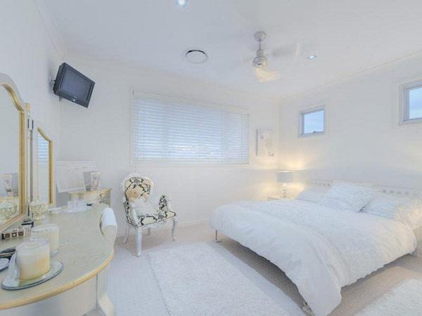 snehovo-biely dizajn austrálskeho domu