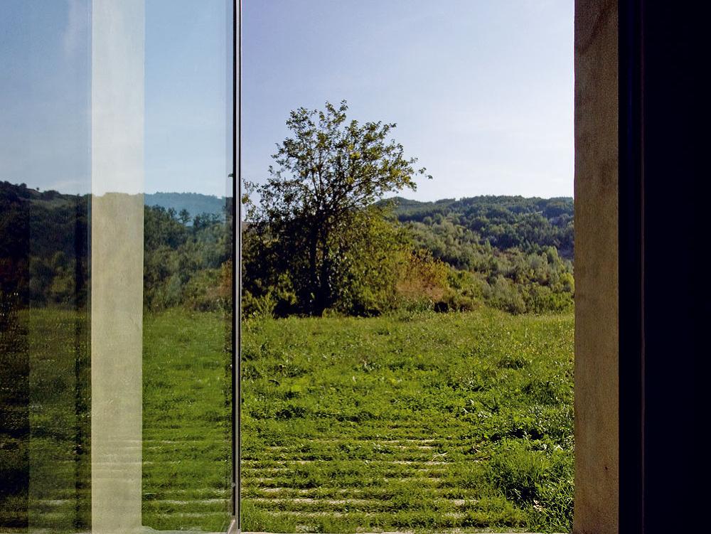 Smerom na východ umožňuje nerušený výhľad veľké francúzske okno na mieste bývalých vrát do stajne.