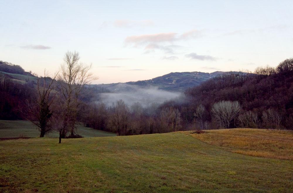 """Dom stojí vtypickej kopcovitej oblasti neďaleko rozprávkového hradu Torrechiara, známej aj ako """"rodisko"""" parmskej šunky."""