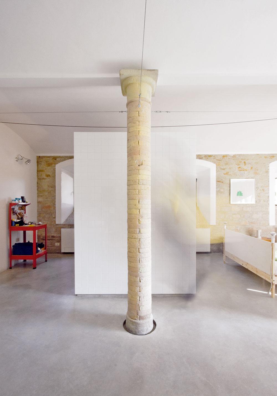 Pätky pôvodných stĺpov šetrne obkolesuje betónová stierka.