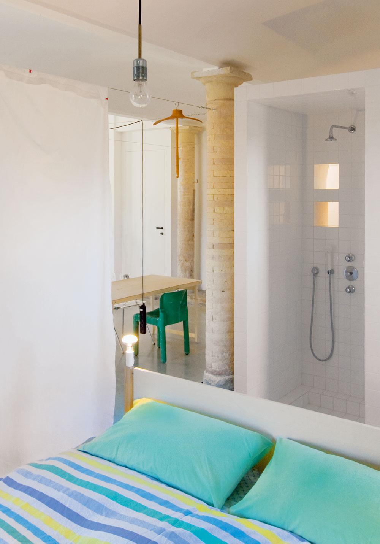 Smerom do spálne je obrátený sprchovací kút.