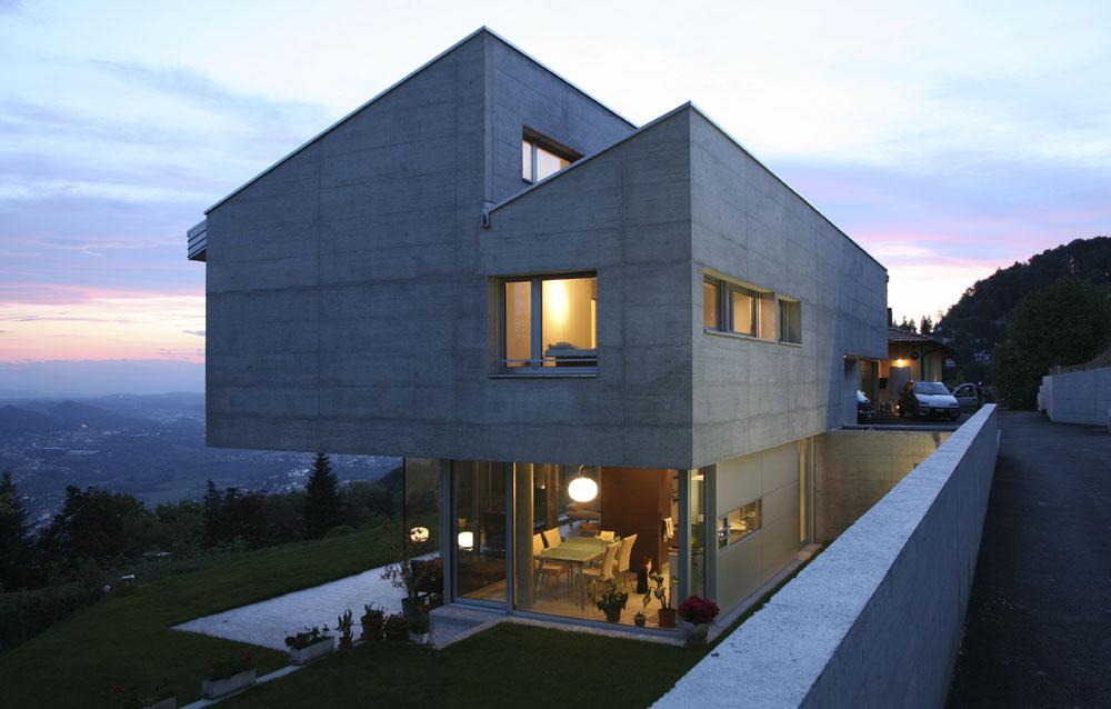 Takzvaný pohľadový alebo neomietaný betón je nekonvenčné riešenie fasády, ktoré môže vyvolať diskusiu oestetických kritériách. Nám sa však páči, pretože odráža moderný pohľad na architektúru. Krásne kontrastuje sľahkosťou zasklených častí.