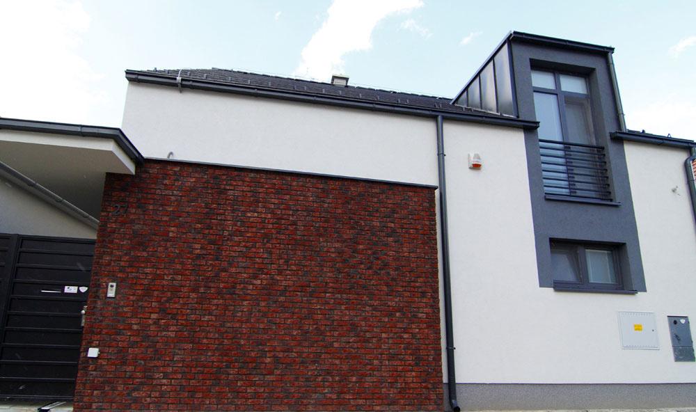 Staronový materiál – neomietaná tehla – sa pyšne objavuje ako súčasť modernej architektúry. Aprávom! Dodáva jej ducha starých čias. Pekné, táto kombinácia sa nám páči.