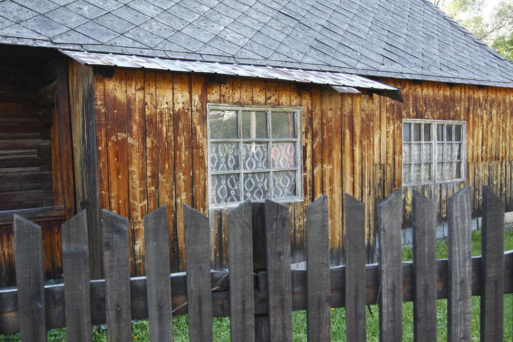 Ešte pohľad na jednu ztvárí nášho vidieka. Komentár necháme na vás. Nám sa páči, aj keď je taká ošumelá, no moderný dom oblečený do týchto hábov by vyzeral skvelo. Na tomto dome je však ešte krajšia tá pôvodná fasáda originálnej drevenice.