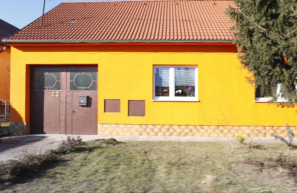 Toto je, predpokladáme, najžltší dom v ulici. Rozhodne vyniká, no určite nie vkusnou fasádou.
