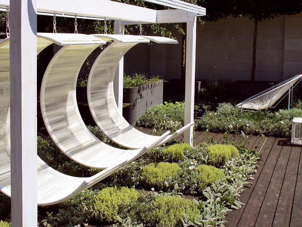 Tip na relax: Rastliny okolo odpočívadla Aj okolie odpočívadiel, altánov, záhradných ležadiel či hojdačiek si zaslúži byť upravené. Vtom vám budú nápomocné letničky alebo trvalky svoňavými kvetmi, prípadne bylinky. Ideálne sú tie, ktoré znesú občasné zašliapnutie (najmä pod hojdačkou). Samozrejme, dá sa pohrať aj sfarebnosťou – kbielemu záhradnému nábytku sa hodí napríklad čistec vlnatý (Stachys lanata), ovôňu sa postará zasa tymián, levanduľa či rozmarín, príjemné sú voňavé ruže niekde vpozadí.