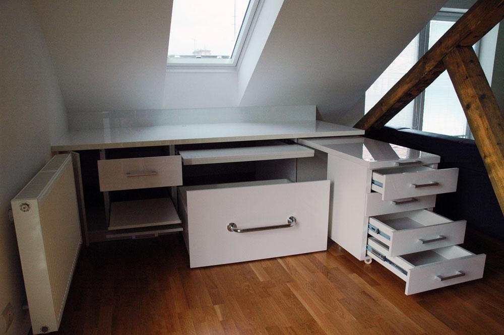 Vľavej časti stola je priestor na počítač, skrinka na tlačiareň svýsuvnou policou azásuvka na kancelárske drobnosti. Pravú časť tvorí výsuvný diel so zásuvkami. Vstrede je výsuvná polica na klávesnicu, spod stola zas možno vysunúť kontajner na kolieskach, ktorým sa využije inak nevyužiteľný nízky priestor pod šikminou strechy.